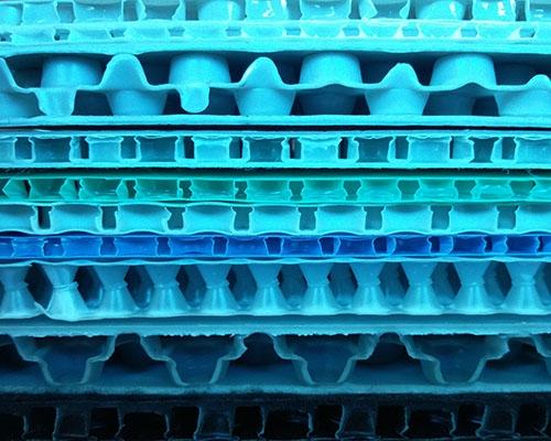 В каких областях применяются пластмассовые устройства, такие, как производство и оборудование